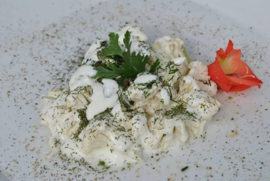 Czosnkowa sałatka z surowego kalafiora i fety