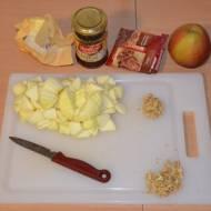 Naleśniki z prażonymi jabłkami i sosem cynamonowym