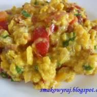 Jajecznica z pomidorami, cebuliją, kiełbaską i szczypiorem :)