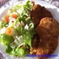 Kotlet z piersi kurczaka z dipem ziołowo-czosnkowym