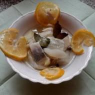 Śledź w oleju z cebulą i z cytryną.