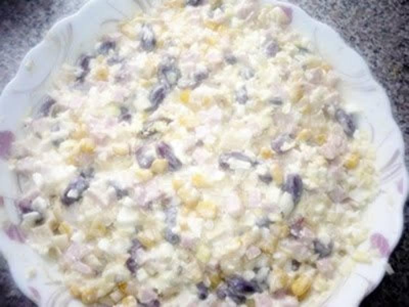 Sałatka z jajkiem, szynką konserwową, kukurydzą, ananasem, czerwoną fasolą i porem