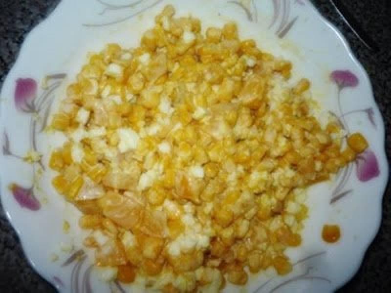 Sałatka z kukurydzą, brzoskwinią i jajkiem.