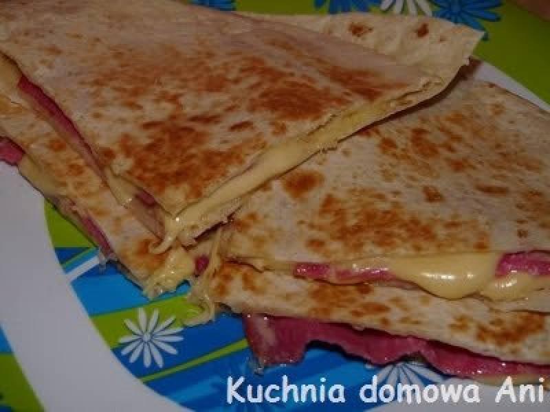 Tortilla z serem i salami