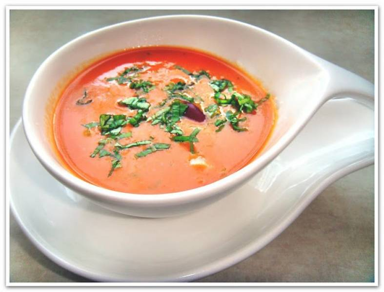 Krem z pomidorów  z czerwoną fasolą i bazylią.