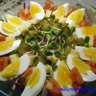 Sałatka warstwowa z kiełkami słonecznika i jajkiem