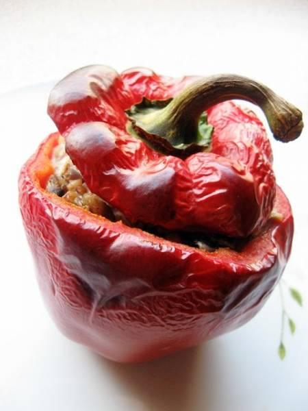 Pomysł na szybki obiad - czerwona papryka faszerowana kaszą gryczaną z cebulką i pieczarkami :)