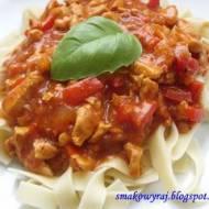 Pappardelle z sosem pomidorowo – paprykowym i kurczakiem
