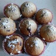 Puszyste kakaowe muffiny z dżemem porzeczkowym.