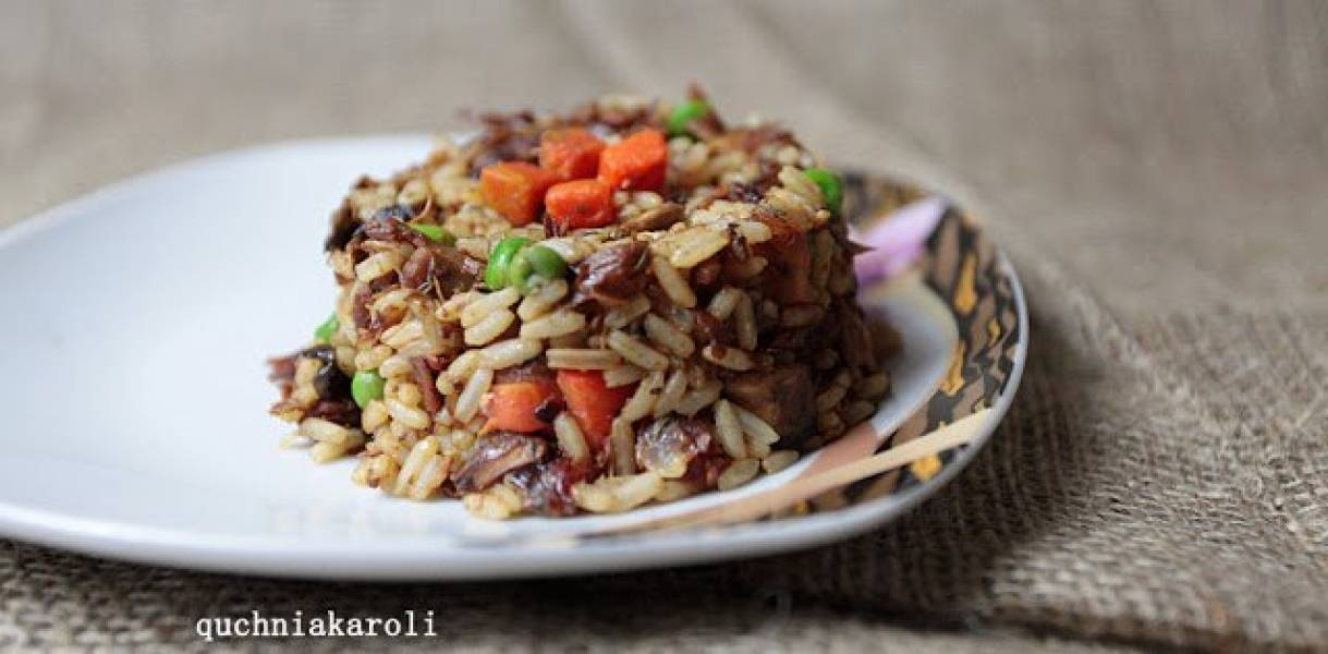 Pomysł na wykorzystanie mięsa z rosołu. Ryż z kurczakiem, pieczarkami i suszonymi pomidorami.