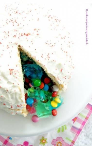 Ciasto niespodzianka z cukierkami i galaretkami