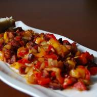Kiełbasa smażona z papryką i cebulą