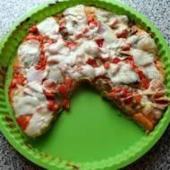 Pizza z pieczarkami, papryką, szynką i sosem majonezowo-ketchupowym.