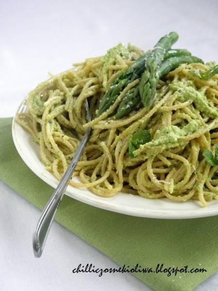Spaghetti z pesto ze szparagów i orzechów włoskich