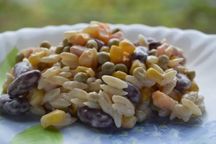 Sałatka z makaronem w kształcie ryżu ( 2 ).