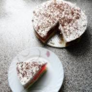 Torcik na biszkoptach z cytrynową pianką, wiśniową galaretką z brzoskwiniami oraz bitą śmietaną i kawałkami czekolady.