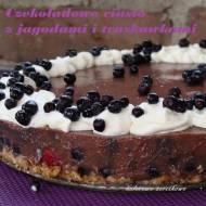 Czekoladowe ciasto z jagodami i truskawkami