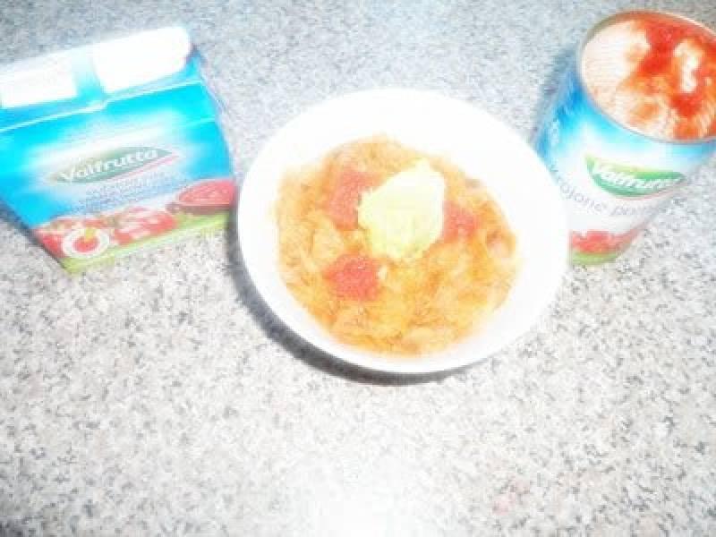 Młoda kapusta z piersią z kurczaka, pieczarkami, boczkiem parzonym, przecierem pomidorowym oraz pomidorami w kawałkach.