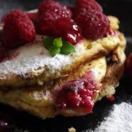 Omlet francuski z wiśnią i malinami