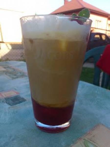 Mrożona kawa z musem malinowym i lodami waniliowymi.