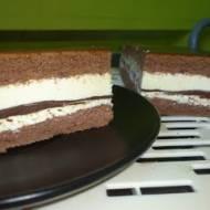 Mleczne ciasto naszpikowane czekoladą.