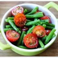 Sałatka z fasolką szparagową i pomidorkami z dressingiem cytrynowo-miętowym.