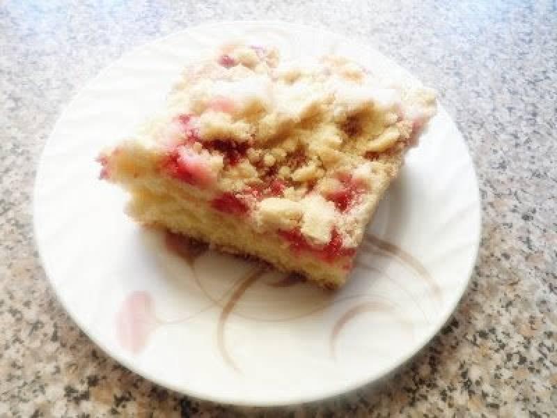 Ciasto drożdżowe z porzeczkami i jogurtem ananasowym.