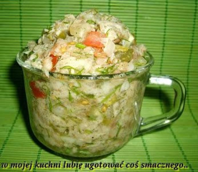 sałatka z makreli z małosolnym, pomidorem,cebulą...