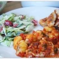 Gnocchi zapiekane z sosem pomidorowym.