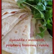 Quesadilla z mozzarella, polędwicą łososiową i rukolą