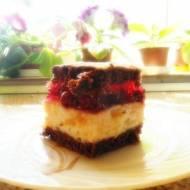 Kakaowe ciasto z brzoskwiniową pianką i wiśniami.