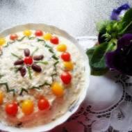 Sałatka ryżowa z pieczarkami, papryką konserwową i kukurydzą.