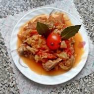 Młoda kapusta z pomidorami, łopatką wieprzową i pieczarkami.