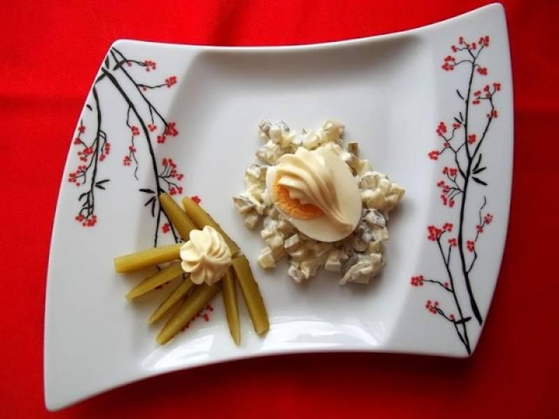 Jajka na sałatce z ogórków