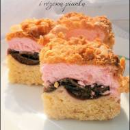 Kruche ciasto ze śliwkami i różową pianką