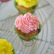 Mini muffinki z gorzką czekoladą i kolorową bitą śmietaną