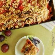 Tradycyjne ciasto drożdżowe ze śliwkami i kruszonką