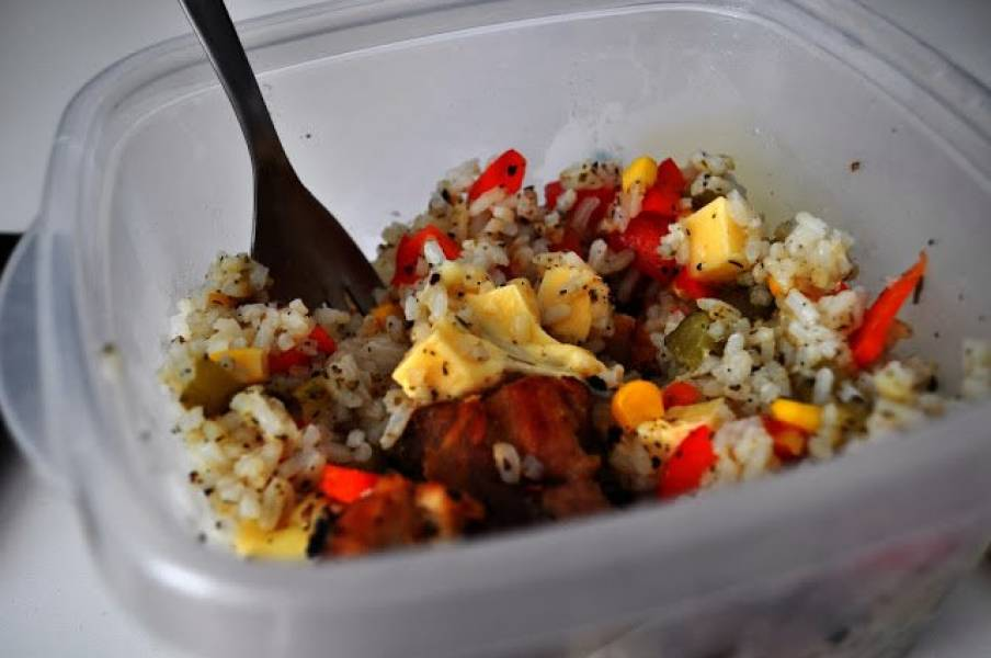 Mięso z ryżem, warzywami i serem żółtym