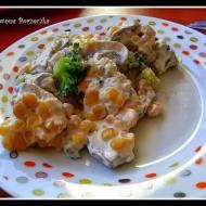Sałatka z brokułów z sosem czosnkowym.