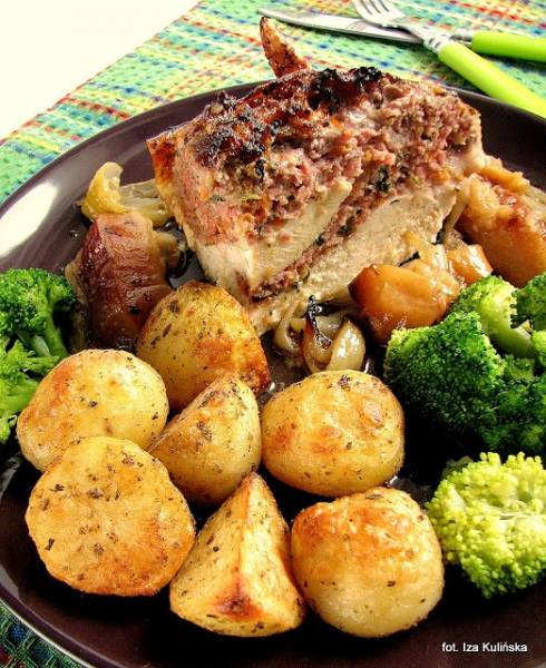 Kurczak pieczony, faszerowany mięsem, z jabłkami
