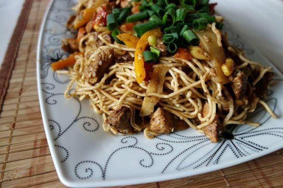 Kurczak z chińskim makaronem i sosem Hoisin