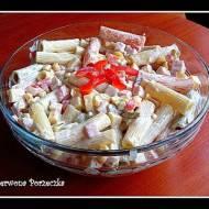 Kolorowa sałatka z makaronem i szynką