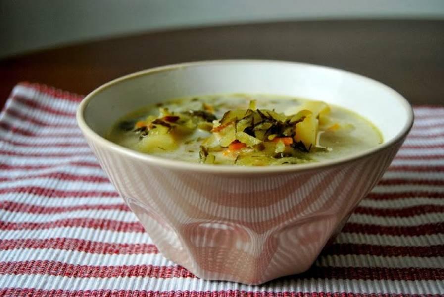Zupa ogórkowa na skwarkach