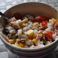 Sałatka z ryżem i serem żółtym