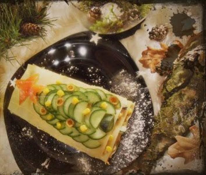 Sałatka z tuńczykiem na płatach makaronu lasagne.