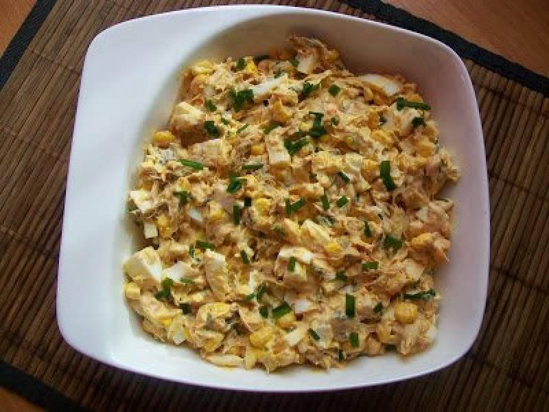 Sałatka z wędzoną makrelą i jajkami