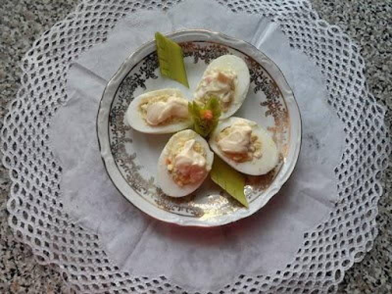 Jajka faszerowane sałatką jarzynową.