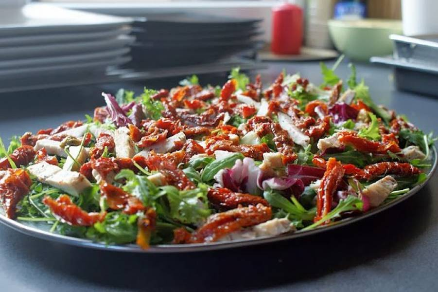 Sałatka z grillowanym kurczakiem, suszonymi pomidorami i rukolą :)