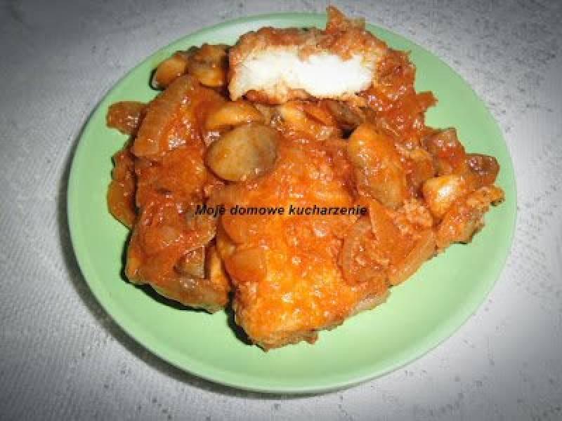 Ryba w  sosie pieczarkowo-pomidorowym
