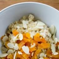 Owsianka z suszonymi morelami. / Podrridge with dried apricots.